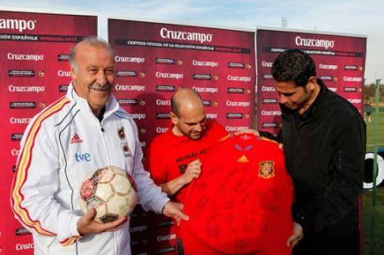 Vicente del Bosque y Fernando Hierro recibieron el balón de la afición antes de comenzar el Mundial/Desafío Cruzcampo