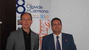 El Consejero de Medio Ambiente, junto al coordinador del curso en Carmona
