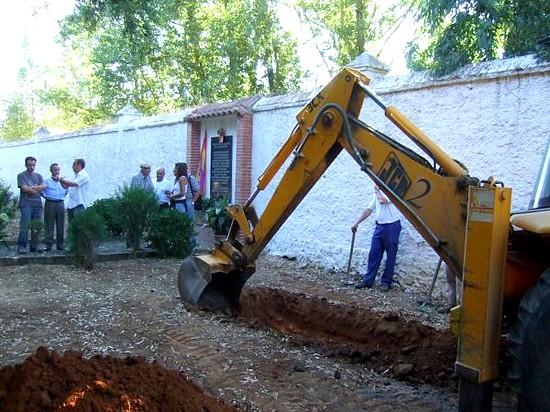 Esta mañana comenzaron las labores de exhumación de la fosa común de la Guerra Civil situada en el cementerio de Cazalla de la Sierra
