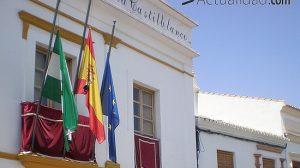 Las banderas ondean a media asta en el Ayuntamiento de Castilblanco de los Arroyos/Juan C. Romero