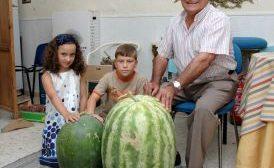El Platero, mostrando su sandía de 44 kilos