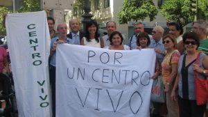Pilar González junto a los vecinos de Casco Antiguo/ SA