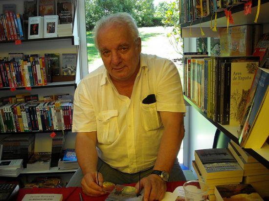 Javier Reverte tiene una prolífica carrera como periodista y escritor, cosechando un gran éxito con sus libros de viajes como la 'Trilogía por África'. /Cruccone
