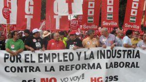 Los líderes sindicales de UGT y CCOO en Andalucía, Manuel Pastrana y Francisco Carbonero han encabezado la manifestación a la que han acudido hasta 5.000 trabajadores/UGT-A