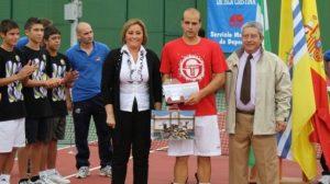 Agustín Boje junto a la alcaldesa de Isla Cristina y el presidente de la Federación Andaluza de Tenis/FAT