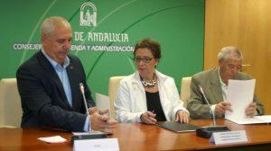 Francisco Carbonero, de CCOO, Carmen Martínez Aguayo, consejera de Hacienda y Administración Pública y Dionisio Valverde, de UGT