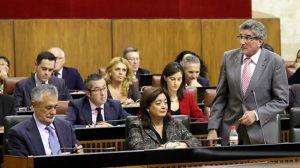 El consejero de Gobernación, Luis Pizarro, toma la palabra antes de la votación del proyecto de Ley de atención a las víctimas del terrorismo. /SA