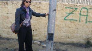 Entre los deterioros del parque de Rabesa están las farolas rotas con los cables a la intemperie/PA.