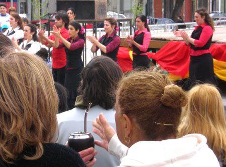 Los asistentes a la Feria de Abril-Tablao Flamenco de Uruguay compartían el mate mientras disfrutaban del plantel de actuaciones que pasaron por el tablao / Juan C. RomeroEl grupo flamenco Cardinales durante su actuación en la séptima Feria de Abril-Tablao Flamenco de Uruguay / Juan C. Romero
