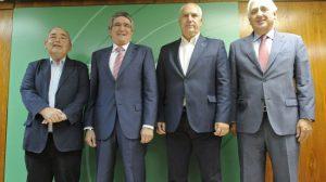 De izquierda a derecha: Manuel Pastrana, secretario general de UGT-A; José Luis Pizarro, consejero de Gobernación y Justicia; Francisco Carbonero, secretario general de CCOO-A; y Santiago Herrero, presidente de la CEA /SA