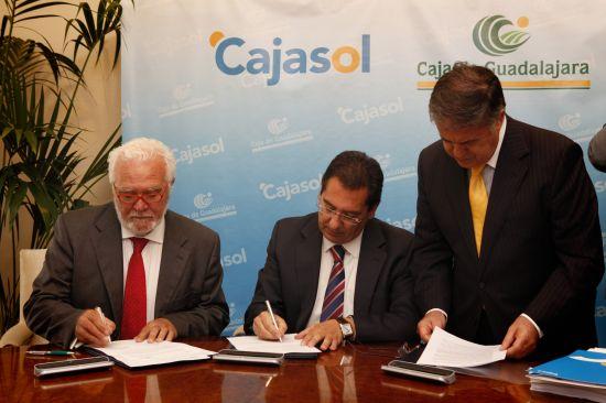 De izquierda a derecha. José Luis Ros, presidente de Caja Guadalajara; Antonio Pulido, presidente de Cajasol; y Antonio Ojeda, notario /SA