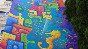 Este colorido mural muestra la vida marina que existen en mares y océanos del planeta