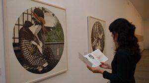 Una visitante contempla de una de la obras del autor
