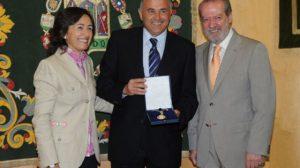 Rosa Aquilar y Fernando Rodríguez Villalobos, durante la entrega de la Medalla de Sevilla a Rafael Gordillo, en el centro/SA