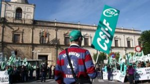 Funcionarios en la concentración convocada por CSIF frente al Parlamento andaluz contra el decreto de reordenación del sector público. /SA