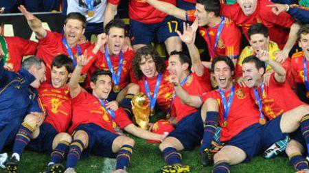 Algunos judadores de la Selección con la Copa del Mundo tras la final / DIARIO DEPORTIVO