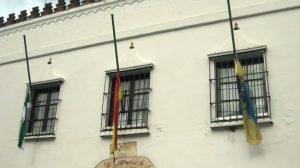 Las banderas ondean a media asta en Olivares