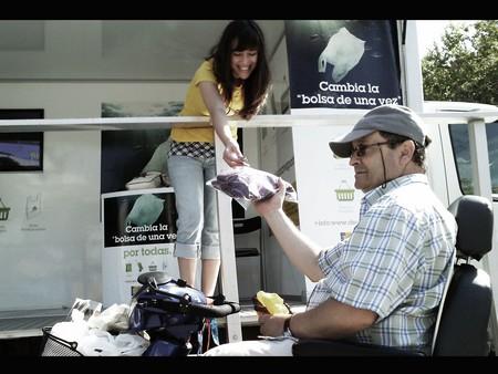 La campaña para la reducción del uso de bolsas de plástico continúa con acciones a consumidores y vendedores con la instalación de puntos de información en mercados y otros establecimientos