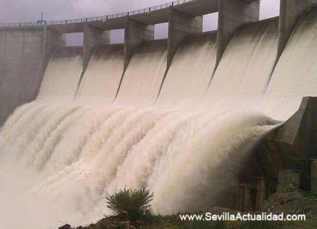La presa de Los Melonares desembalsa desde la madrugada una media de 190 metros cúbicos de agua por segundo / Juan C. Romero