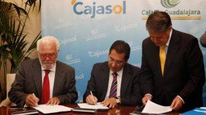 José Luis Ros, presidente de Caja Guadalajara; Antonio Pulido, presidente de Cajasol; y Antonio Ojeda, notario, en la firma de la fusión de Cajasol y Caja Guadalajara el pasado 5 de octubre