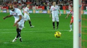 Kanouté en el momento del lanzamiento de penalti/SevillaFC