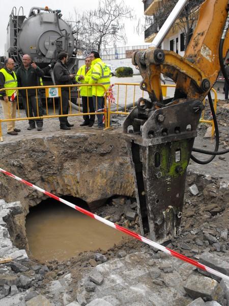 Dentro del municipio astigitano siguen las labores de limpieza de los cauces soterrados del Argamasilla./SA