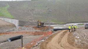 La medida provisional del muro de contención se complementa con la instalación de dos puntos de control del agua