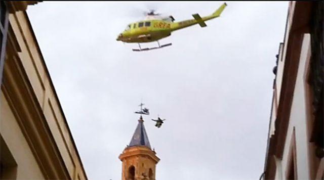 El helicóptero del GREA tuvo que evacuar al herido desde el tejado de la iglesia