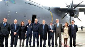Las autoridades esta mañana durante la visita a las instalaciones de EADS Casa en Sevilla
