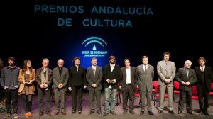 Los premiados en la foto de familia en el Teatro Central, en Sevilla/Guillermo Mendo