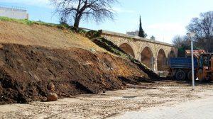 Obras del talud de la vía del Tren de los Panaderos, sobre el Puente Romano de Alcalá de Guadaíra/SA