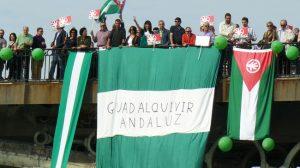 Una de las manifestaciones del PA por el Guadalquivir sobre el Puene de Triana en Sevilla