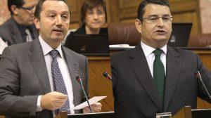 Manuel Recio y Antonio Sanz durante sus intervenciones ayer en el Parlamento/SA