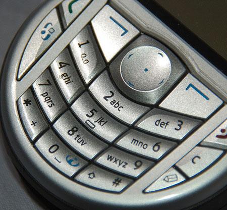 Según FACUA, sólo dos de cada diez empresas atienden quejas por un teléfono gratuito. /SA