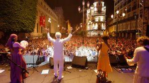 La avenida de la Constitución reunió a miles de personas para escuchar a Kiko Veneno