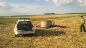Pozo de donde los agentes tuvieron que sacar al individuo que cayó por accidente al supuestamente tratar de robar el motor del mismo