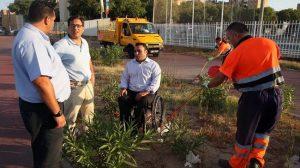 García Camacho junto a operarios y responsables de Lipasam en el Parque de Miraflores