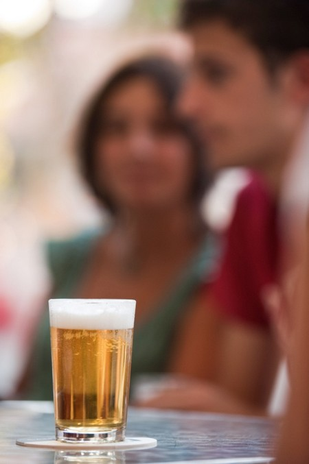 Salir a dar un paseo, ir a la playa o tomarse una cerveza en una terraza están entre las actividades peferidas por los andaluces en verano/Prensa Cerveceros de España