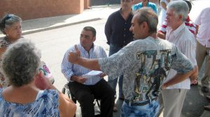 Juan Camacho junto a los vecinos de la barriada