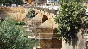 Las obras ya han levantado el tablero y las barandillas, para recuperar la fisonomía original del puente