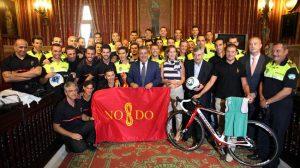 Zoido junto a policías locales de Sevilla