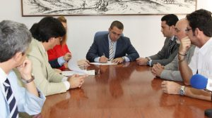 juan-manuel-valle-firma-convenio-microbank-061011