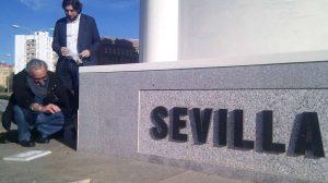 Álvarez-Ossorio colocando azulejos junto a Alberto Mercado, esta mañana en Sevilla