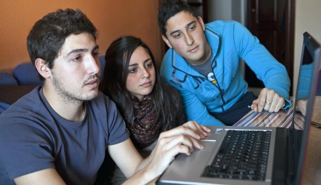 Muchos jóvenes buscan suculentas ofertas en los cupones promocionales/SA