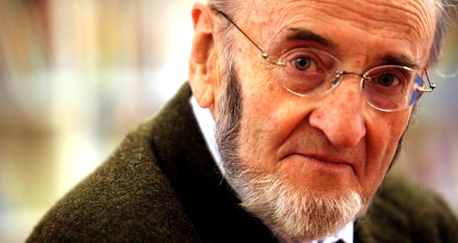 El escritor ha presentado este lunes en Sevilla su última novela, 'El temblor del héroe'/SA