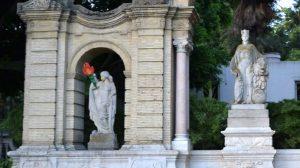Las estatuas sevillanas han amanecido con antorchas en defensa de la Universidad Pública / Imágenes Cotrafoto21