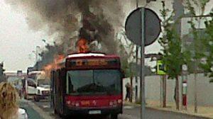 El autobús salió ardiendo pasadas las 15:00 horas/@AnaGBenitez
