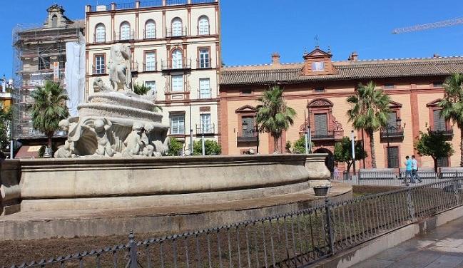 Imagen de la escultura decapitada de la Puerta de Jerez