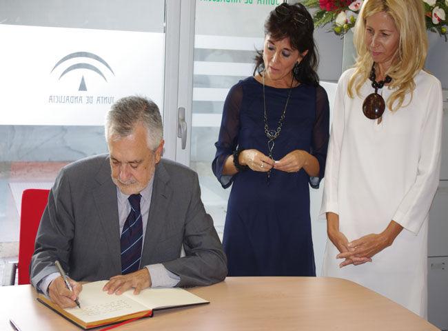 Griñán firmando en el libro de visitas del centro/angelespinola
