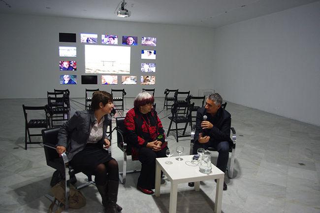 Agnés Varda, en el centro, junto a su traductora (izq.) y José Antonio Álvarez, director del CAAC/Ángel Espínola